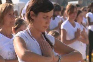 Майже дві тисячі людей стали в позу біля Ейфелевої вежі