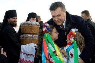 Янукович у Чернівецькій області водив танки