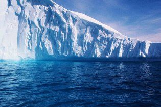 Від льодовика в Гренландії відколовся величезний айсберг