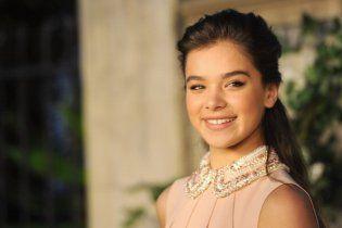"""15-річна зірка фільму """"Залізна суперечка"""" стала обличчям косметичної компанії"""