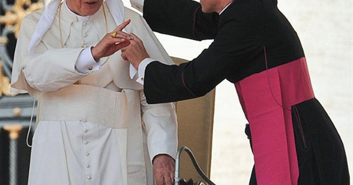 Ватикан. Папа Римський Бенедикт XVI жестикулює під час своєї відкритої аудієнції біля собору на площі Святого Петра у Ватикані, яка щотижня збирає тисячі віруючих. @ AFP