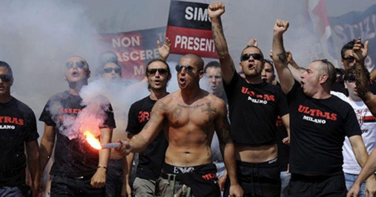 """Акція протесту вболівальників футбольного клубу """"Мілан"""" з вимогою змінити президента клубу, Сильвіо Берлусконі. Сьогодні Берлусконі відвідав перше тренування клубу перед початком національного чемпіонату. @ AFP"""