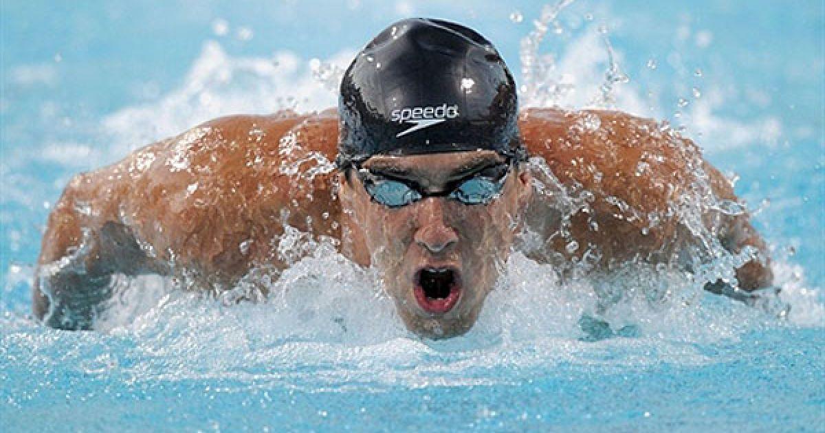 """США, Ірвін. Майкл Фелпс пливе до першого місця під час фінального запливу батерфляєм на 200 метрів у водному спорткомплексі """"William Woollett Jr."""". @ AFP"""