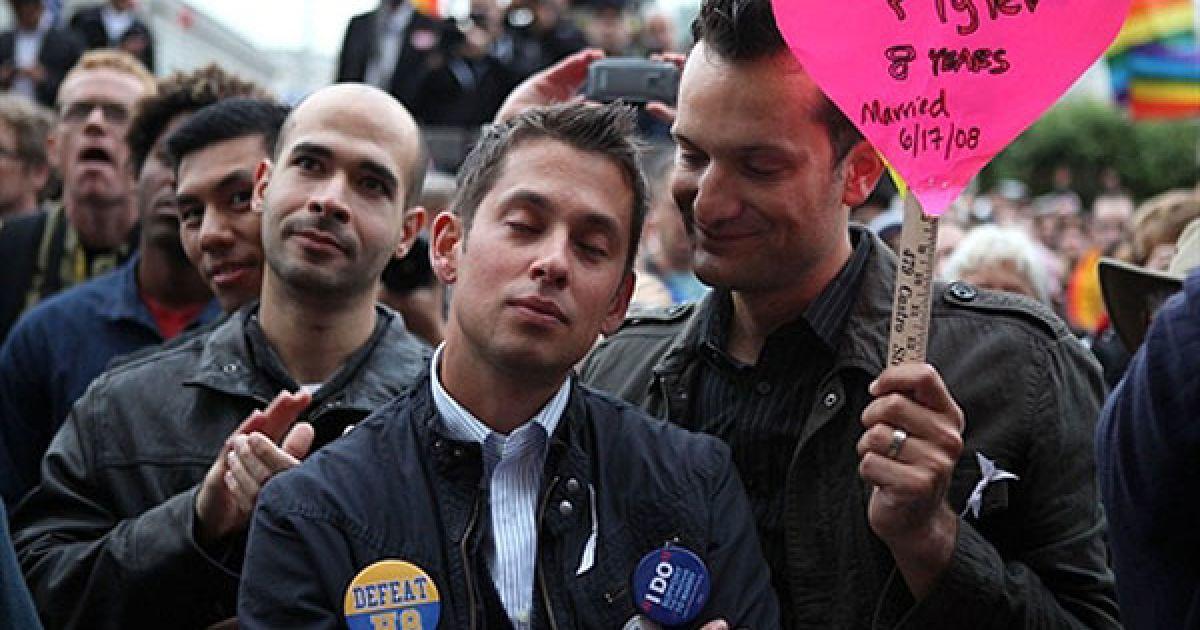 США, Сан-Франциско. Спенсер Джонс (праворуч) дивиться на свого чоловіка Тайлера Барріка під час мітингу на честь скасування владою Законопроекту 8 про заборону одностатевих шлюбів у Каліфорнії. Окружний суддя США Он Уокер оголосив своє рішення про скасування законопроекту 8, оскільки він є віднайшов його неконституційним. @ AFP