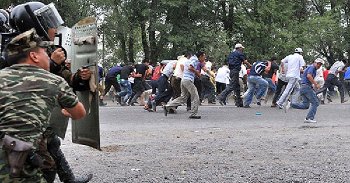 """Киргизстан, Бішкек. Прихильники киргизького бізнесмена і політичного лідера Урмата Бариктабасова тікають від поліції та спецназу за межами Бішкека. Киргизька поліція пострілами у повітря розігнала протестуючих проти уряду. У Киргизії затримали організатора масових акцій, які пройшли у четвер в Бішкеку, лідера опозиційної партії """"Мекен ТУУ"""" Урмата Бариктабасова. Міністр внутрішніх справ Киргизії Кубатбек Байболов заявив, що, за оперативними даними, прихильники опозиції """"готували насильницьке збройне захоплення влади"""". @ AFP"""
