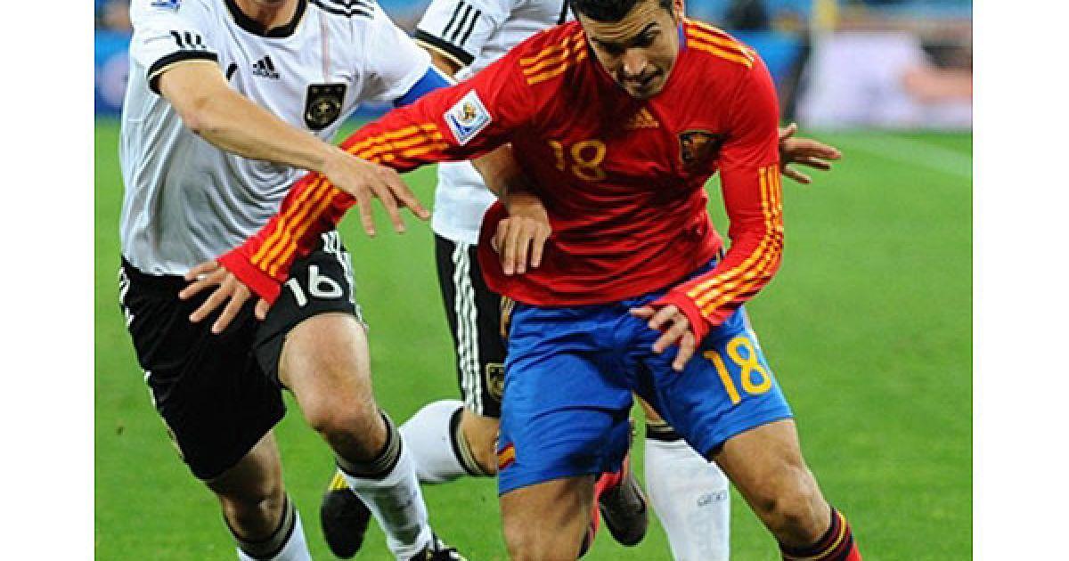 Захисник збірної Німеччини Лам веде боротьбу за м'яч із нападаючим Іспанії Педро @ AFP