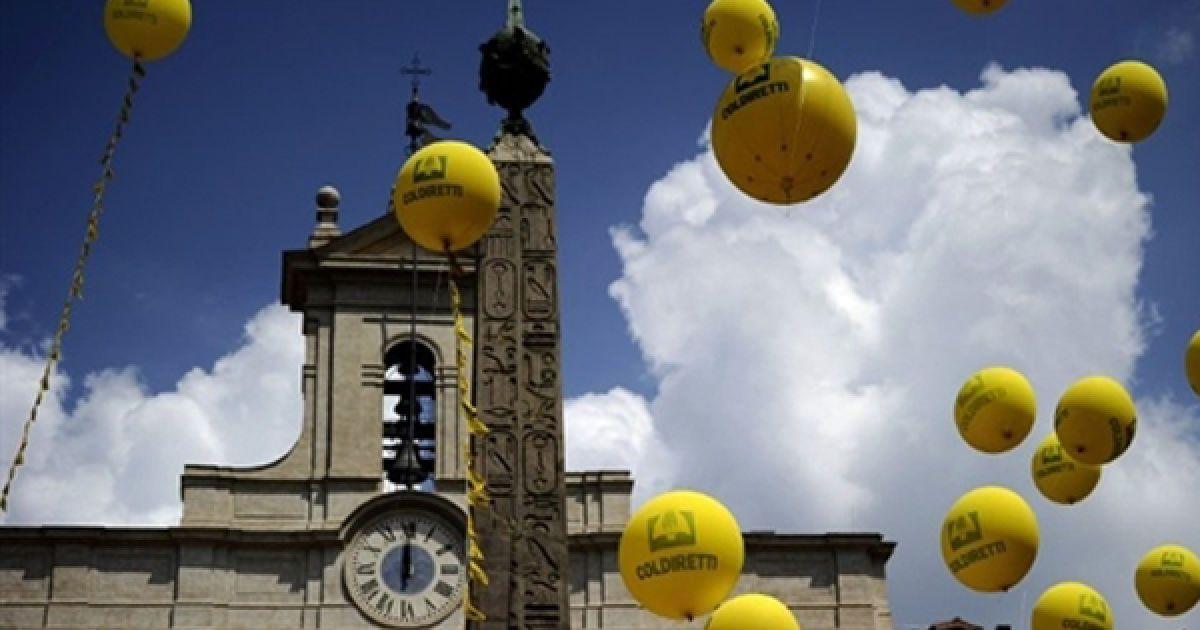 Італійські фермери запустили у повітряні кульки, які символізують обіцянки уряду, під час акції протесту біля парламенту Італії. Фермери вимагали виплати штрафів, які були накладені на них протягом останніх 20 років. @ AFP