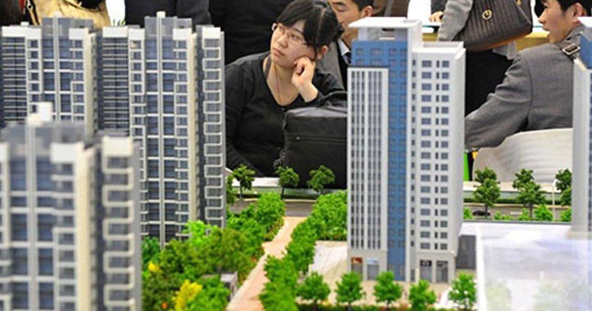 Китай, Пекін. Китайські покупці нерухомості зібрались на ярмарку власності у Пекіні. Органи банківського регулювання ті нагляду у Китаї планують активні вибіркові перевірки банків у другій половині 2010 року, аби переконатись, що кредитори виконують умови надання кредитів на нерухомість. @ AFP