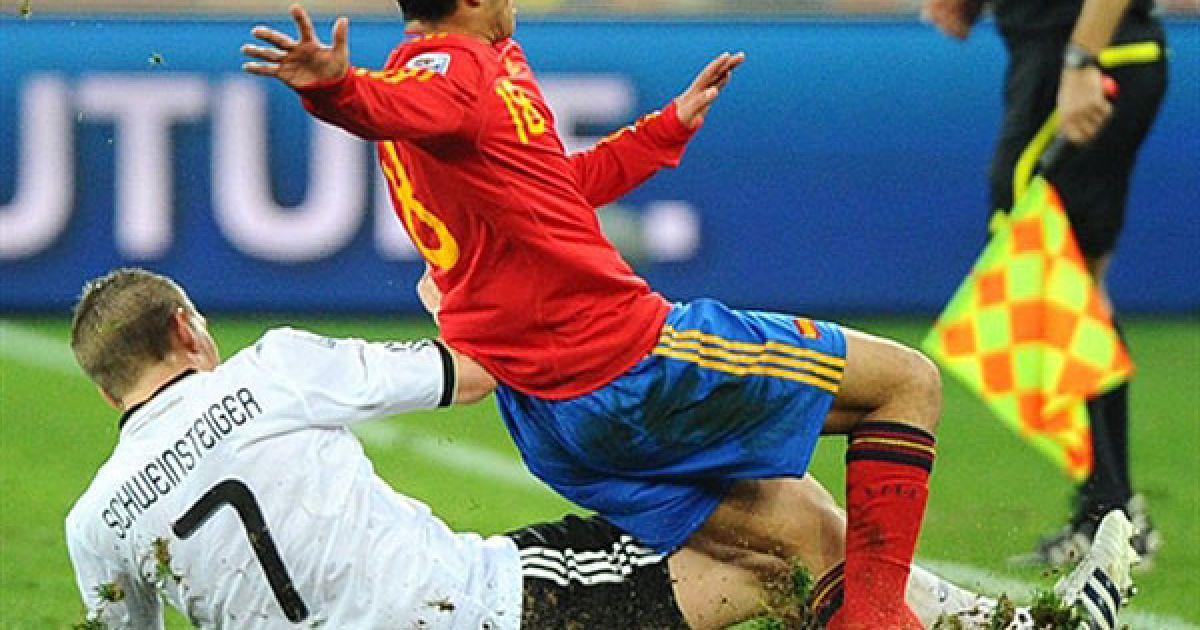 """Швайнштайгер і Педро """"знімають"""" газон під час гри @ AFP"""