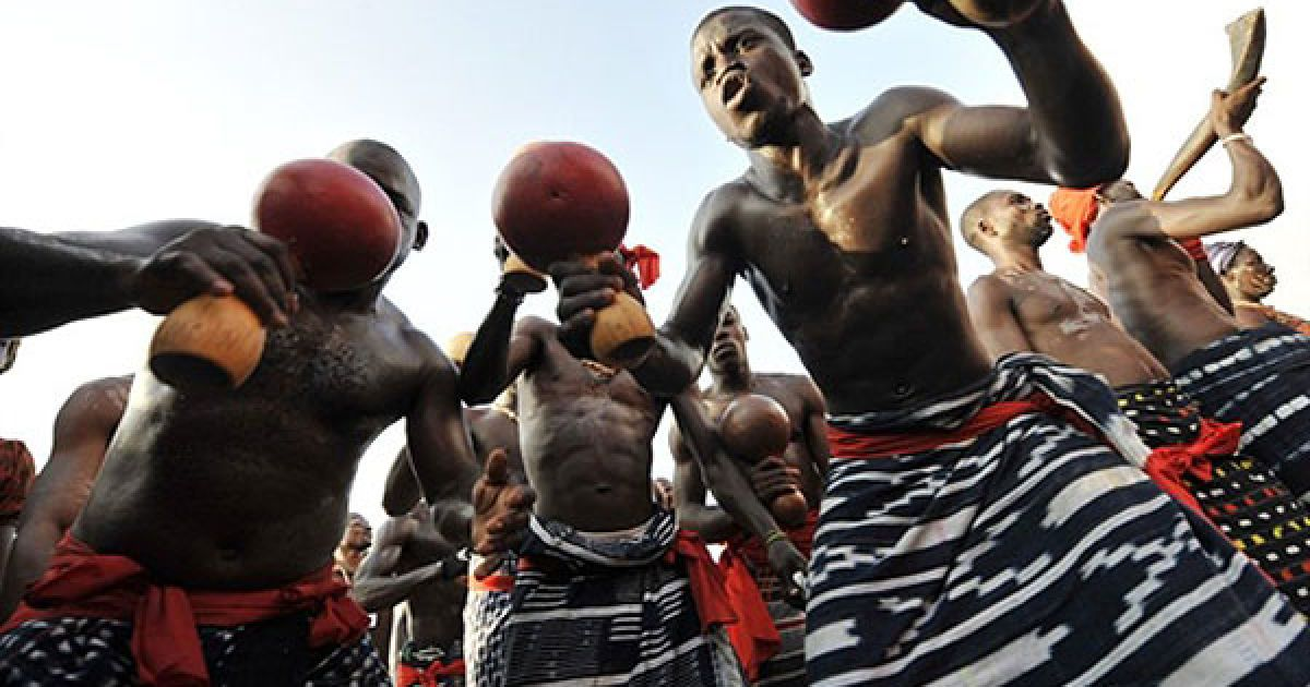 Кот-д'Івуар, Абіджан. Члени племені Ebrier танцюють у під час святкування 50-ї річниці незалежності Кот-д'Івуара у Абіджані. @ AFP