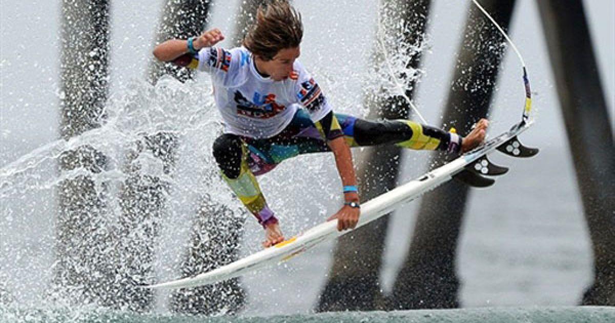 США, Хантінгтон-Біч. Американець Еван Гейзелман робить стрибок у повітря під час третього раунду змагань серед чоловіків на Відкритому чемпіонаті США з серфінгу у штаті Каліфорнія. Подія, яка збирає найкращих серферів з усього світу, цього року проходить на Хантінгтон-Біч у 51 раз. Пірс у Хантінгтон-Біч вважають батьківщиною культури серфінгу у Каліфорнії. @ AFP