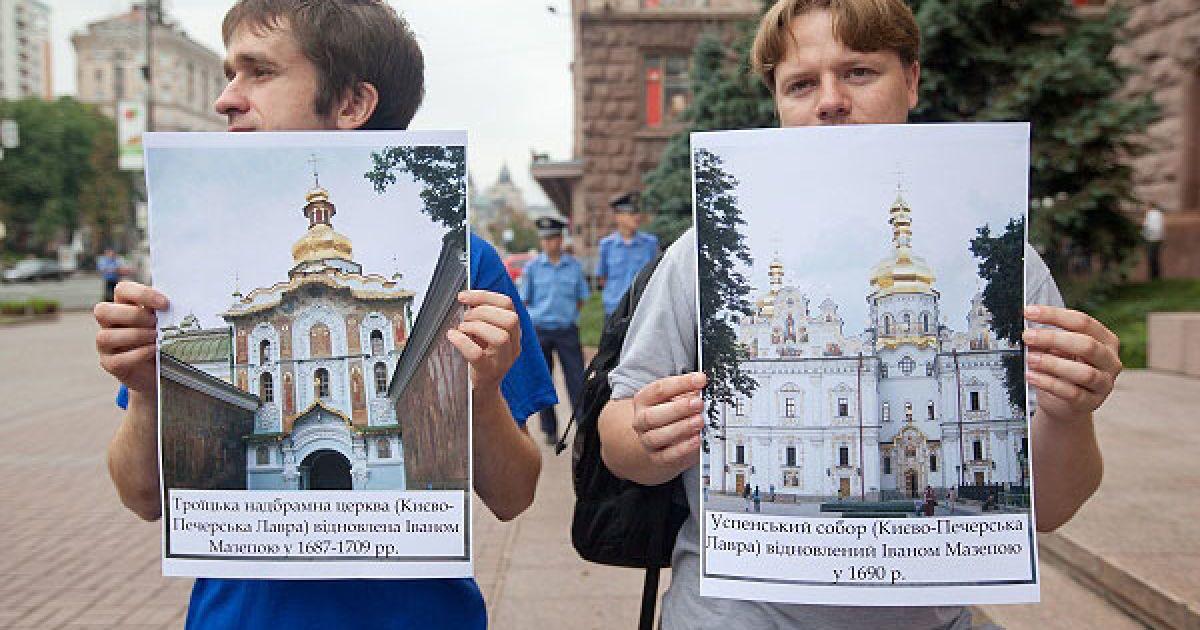 ...і продемонстрували зображення визначних пам'яток архітектури, побудованих або відновлених у Києві, завдяки видатному гетьманові. @ Украинское Фото
