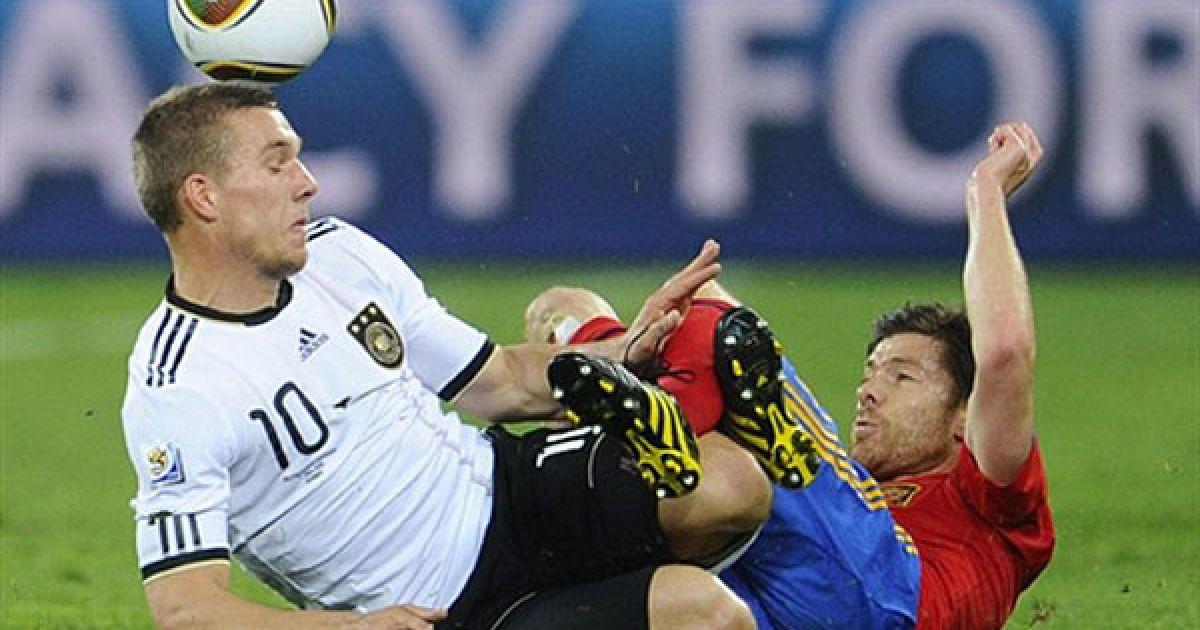 """Футбол """"лежачи"""" у виконанні Лукаса Подольські та Хабі Алонсо @ AFP"""
