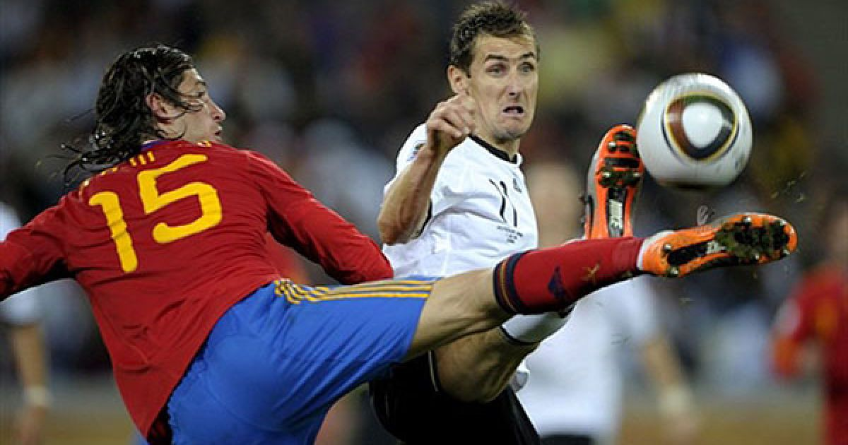 Серхіо Рамос і Мірослав Клозе ведуть боротьбу за м'яч @ AFP