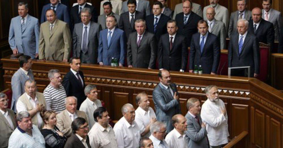 Члены Кабинета Министров Украины и народные депутаты слушают гимн Украины. @ УНІАН