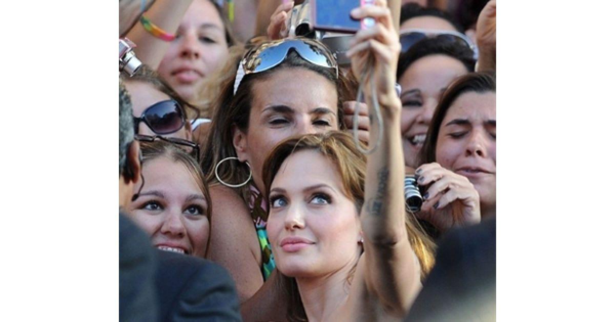 """Анджеліна Джолі фотографується із своїми прихильниками під час прем'єри фільму """"Солт"""" у Голівуді. @ AFP"""