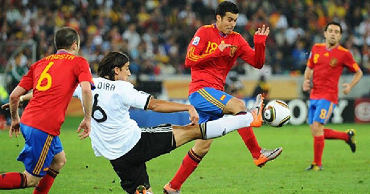 Півзахисник Німеччини Хедіра проти Іньєсти і Педро. @ AFP