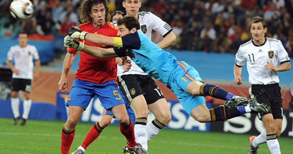 Голкіпер Іспанії Касільяс відбиває атаку німців. @ AFP