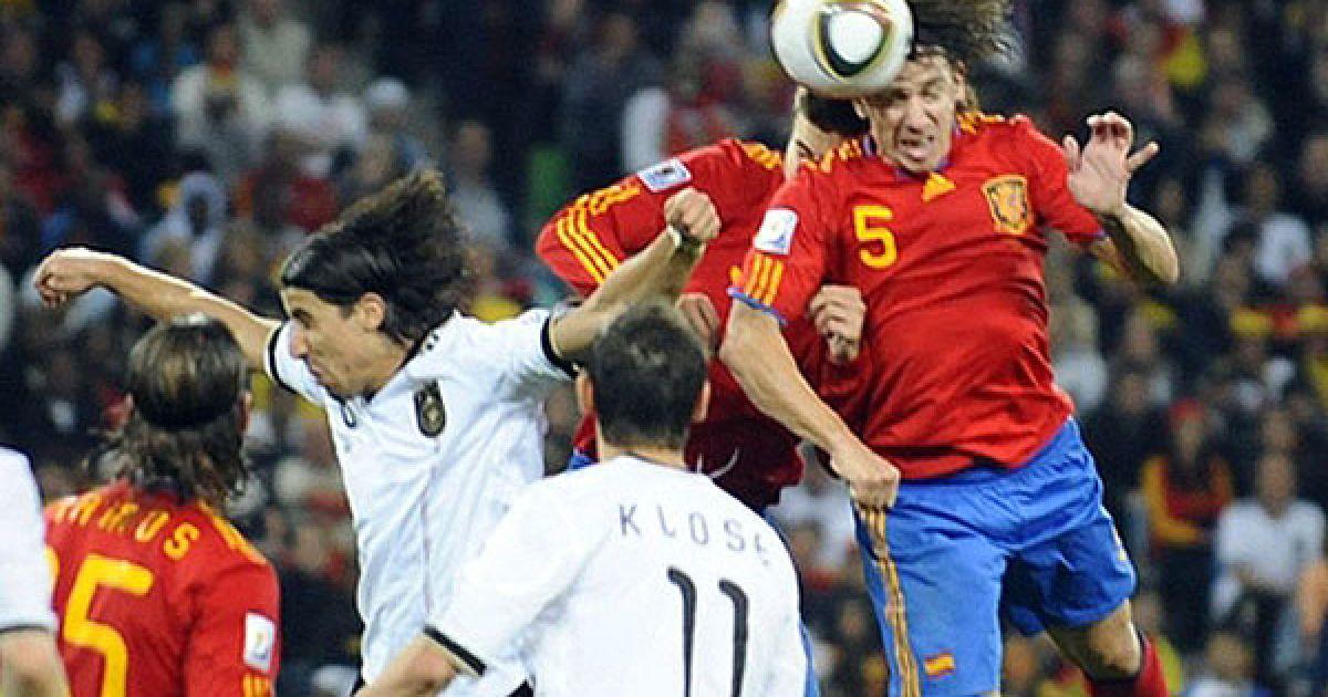 На 73-й хвилині іспанці забили гол. Хаві виконав подачу з кутового в центр карного майданчика і Карлес Пуйоль наніс прекрасний удар головою в правий кут воріт. @ AFP