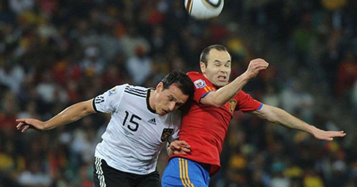 Троховські та Іньєста ведуть боротьбу за м'яч у повітрі @ AFP