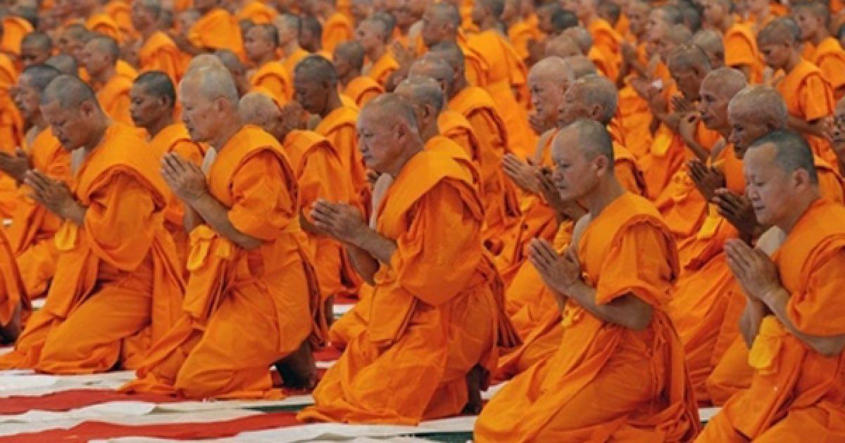 Молоді тайські ченці моляться під час церемонії посвячення у чернецтво напередодні посту у Смарагдовому храмі у провінції Патум. Під час посту буддистські ченці мають повністю присвячувати себе медитації, та не мають права виходити з храму протягом 3 місяців. @ AFP