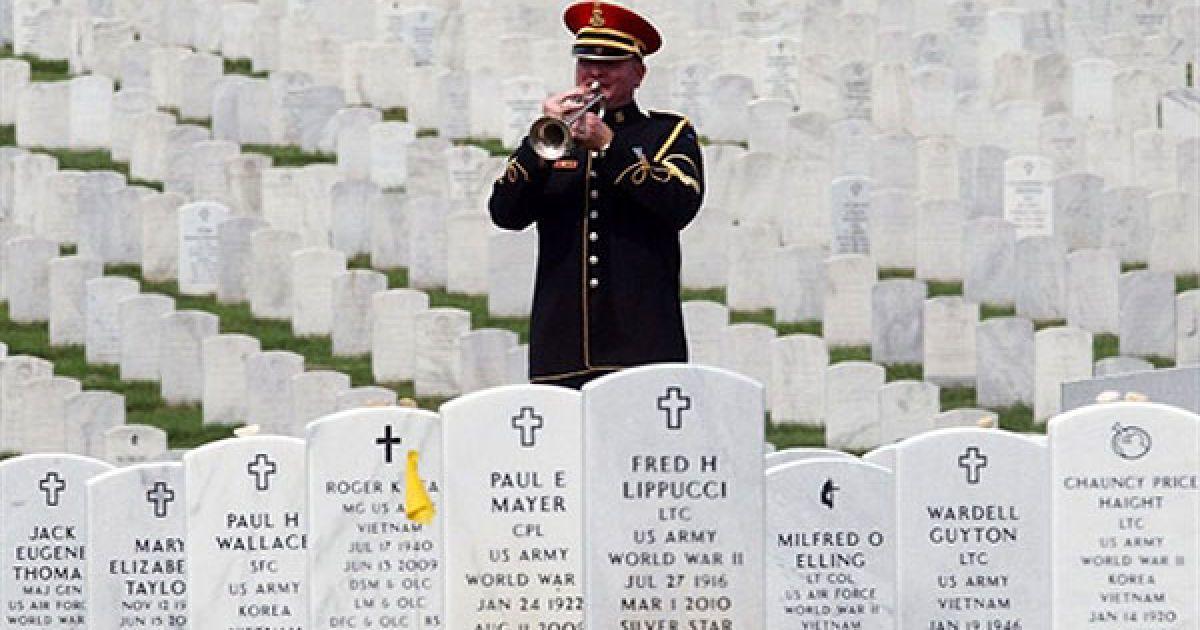 США, Арлінгтон, штат Вірджинія. Військовий сурмач грає під час траурної церемонії відспівування сержанта армії США Ендрю Луні на Арлінгтонському національному кладовищі. 22-річний сержант Луні був убитий у Афганістані 21 червня, коли терорист-смертник напав на його підрозділ поблизу Лар Шолтан. @ AFP