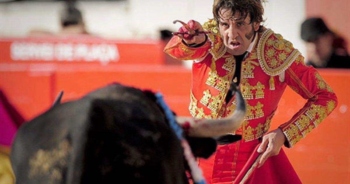 Іспанія, Барселона. Іспанський тореадор Хуан Хосе Паділья виступає під час першої кориди, яку провели після введення заборони на бій биків на Монументальній арени у Барселоні. Парламент Каталонії 28 липня 2010 проголосував за заборону кориди з 1 січня 2012, і Каталонія стала першим регіоном на материковій частині Іспанії, яка виступила проти вікових традицій. @ AFP