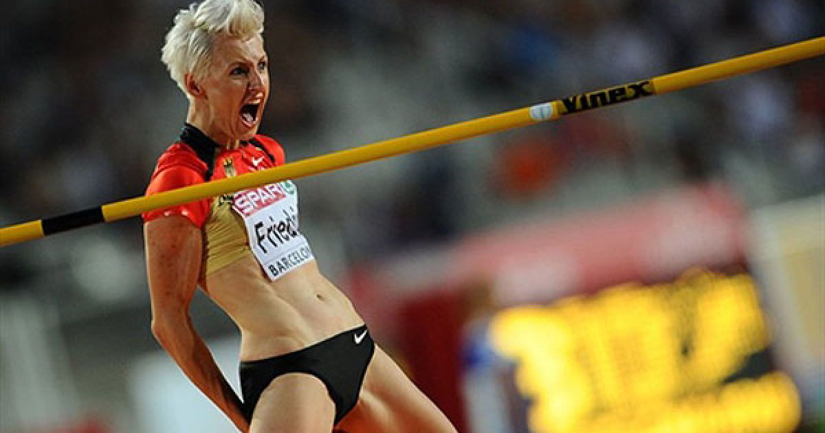 Іспанія, Барселона. Німецька легкоатлетка Аріана Фрідріх після виконання стрибка у висоту у фіналі Чемпіонату Європи 2010 з легкої атлетики, який пройшов на Олімпійському стадіоні у Барселоні. @ AFP
