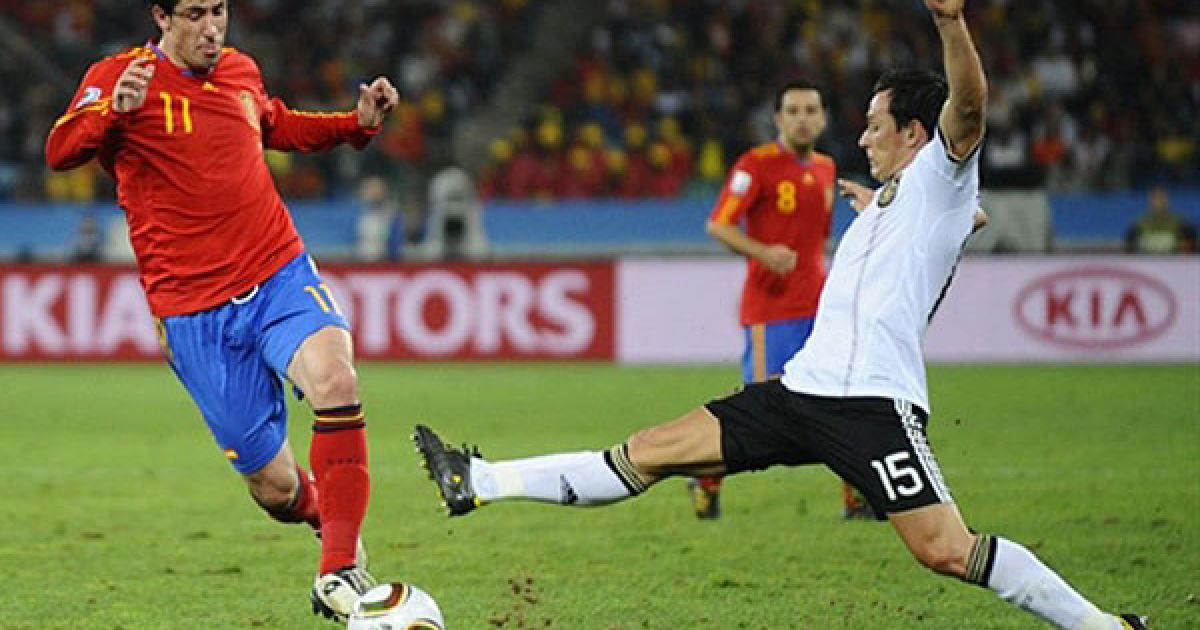Троховські намагається дотягнутись до м'яча, який веде Капдевіла @ AFP