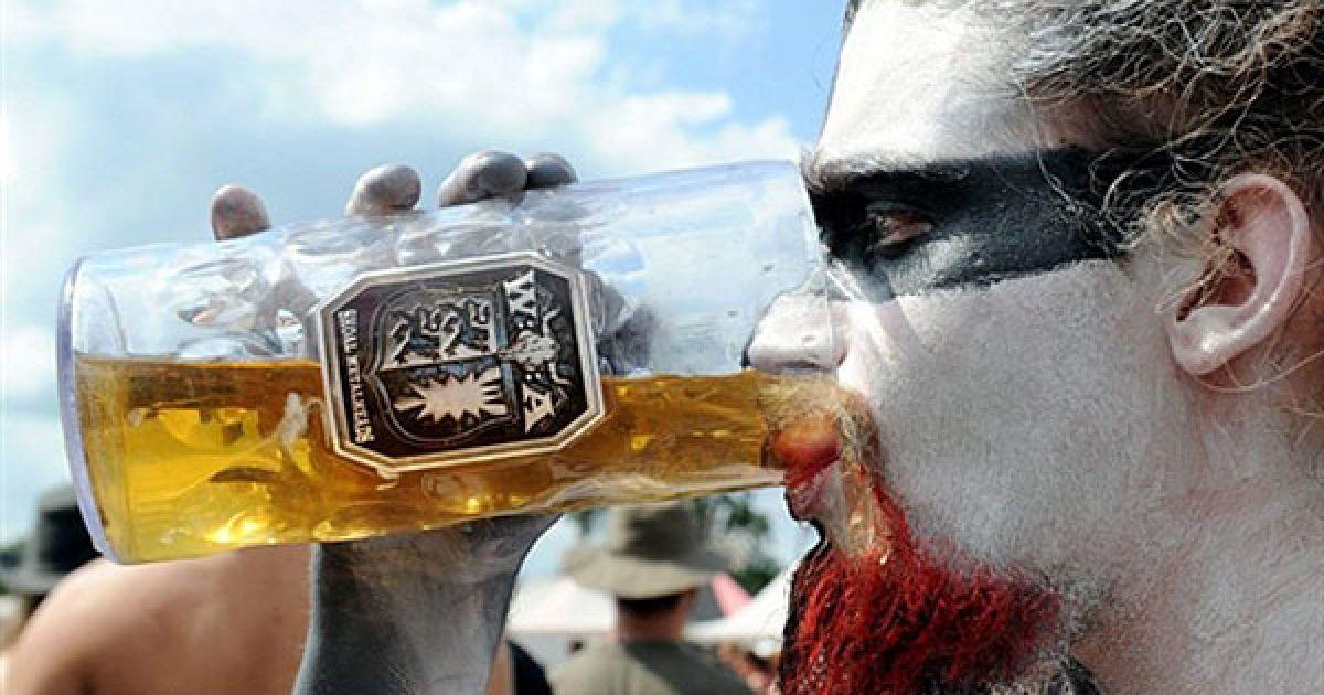 Німеччина. Любитель пива і важкої музики під час open-air фестивалю Heavy metal музики у північному німецькому місті Вакен. Цього року фестиваль проходить у Вакені 21 раз. @ AFP