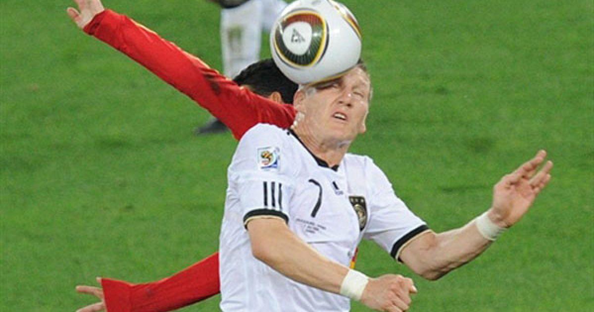 Бастіан Швайнштайгер і руки невідомого іспанського футболіста @ AFP
