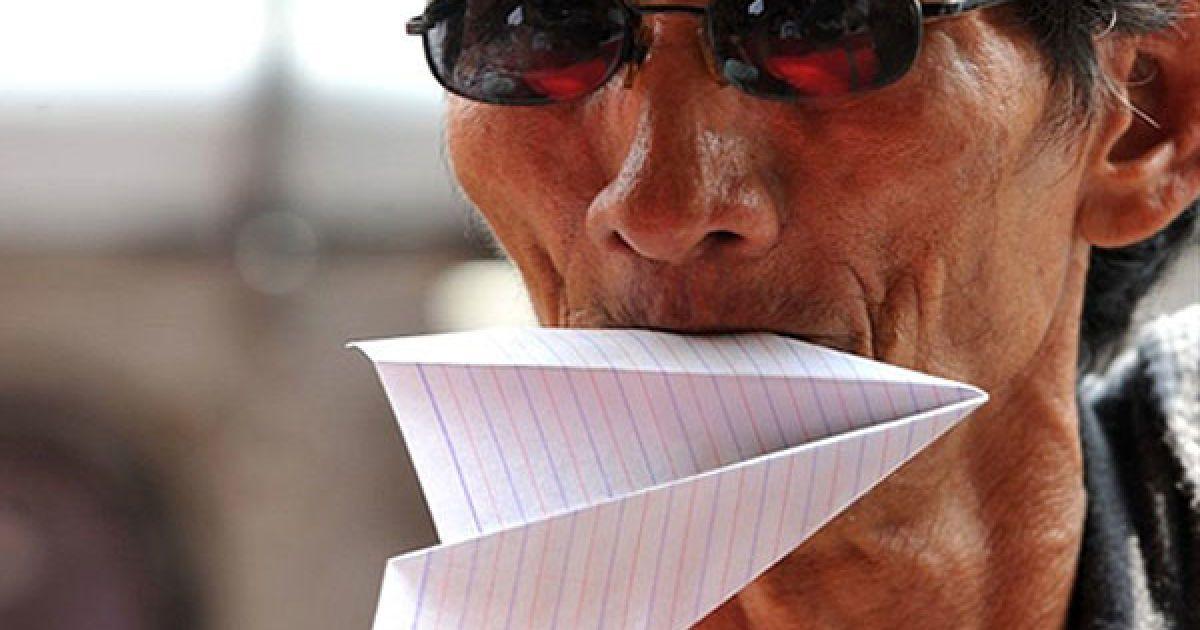 Філіппіни, Маніла. Протестувальник тримає у роті паперовий літак під час пікету компанії Philippine Airlines (PAL) у Манілі. Пікет провели, аби підтримати філіппінських пілотів, які подали у відставку, щоб приєднатися до іноземних авіакомпаній, і висловити протест проти трудової політики PAL. Копанія Philippine Airlines у поточному фінансовому році може зазнати значних збитків через проблеми, які призвели до скасування рейсів. Двадцять п'ять пілотів і перші посадові особи компанії PAL раптом минулого тижня перейшли на більш високооплачувану роботу за кордоном. @ AFP