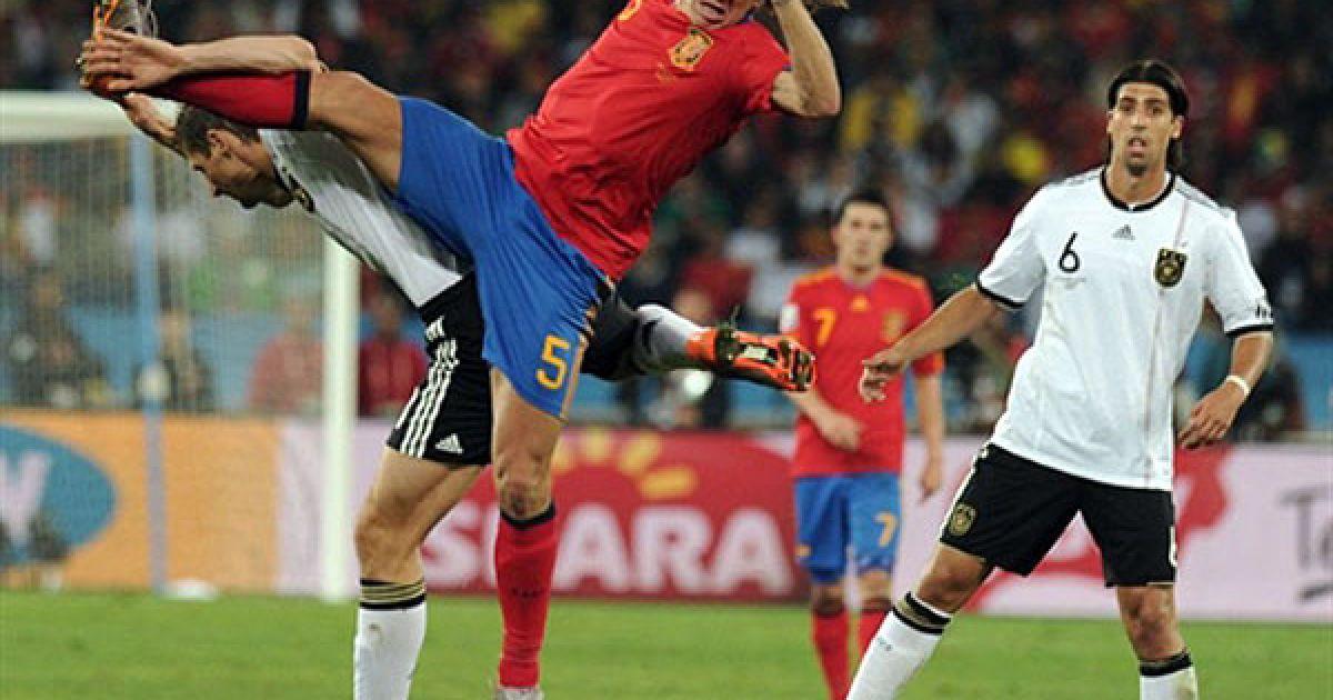 Хедіра дивиться на акробатичні трюки Пуйоля і Клозе @ AFP
