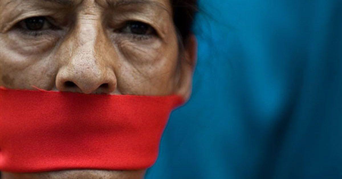Венесуела, Каракас. Жінка з кляпом у роті  бере участь у демонстрації, яку провели журналісти і працівники засобів масової інформації Венесуели на підтримку 32 радіостанцій і двох телевізійних каналів, закритих урядом рік тому. Акцію протесту провели перед будівлею приватної радіо-мережі CNB у Каракасі. Президент Венесуели Уго Чавес заявив, що мовні компанії були позбавлені ефіру через недотримання вимог законодавства, але працівники компаній стверджують, що це був черговий крок для контролю над засобами масової інформації у країні. @ AFP