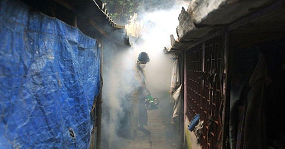 Індія, Мумбаї. Муніципальний службовець обкурює житловий район дезінфікуючим пристроєм для боротьби з малярією. Муніципальна корпорація Brihanmumbai (BMC) знімає для мешканців Мумбаї короткометражний фільм про боротьбу з малярією, яка вже забрала 41 життя, починаючи з січня. @ AFP