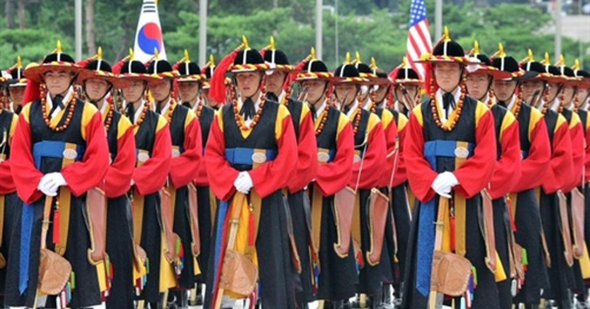 Генеральна репетиція вшанування пам'яті загиблих у Корейській війні у Сеулі. Напруженість між Кореєю та КНДР посилилася після затоплення в березні корейського ракетного катеру, у якому звинувачують Пхеньян. @ AFP