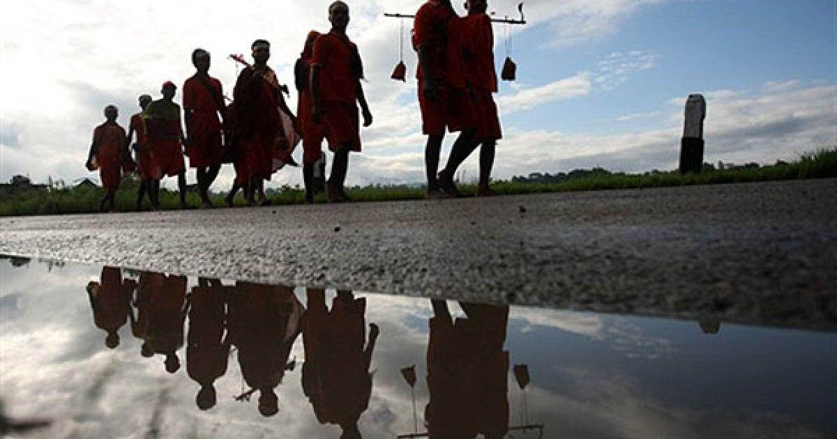 Непал, Катманду. Непальські індуїсти несуть воду до храму Пашупатінат. За непальським календарем, місяць Шраван, який нещодавно наступив, вважають найсвятішим місяцем у році. У місяць Шраван кожного понеділка відзначають Шраван Сомвар, коли віруючі моляться для щасливого і благополучного життя. Понад 90 відсотків населення Непалу сповідує індуїзм. @ AFP