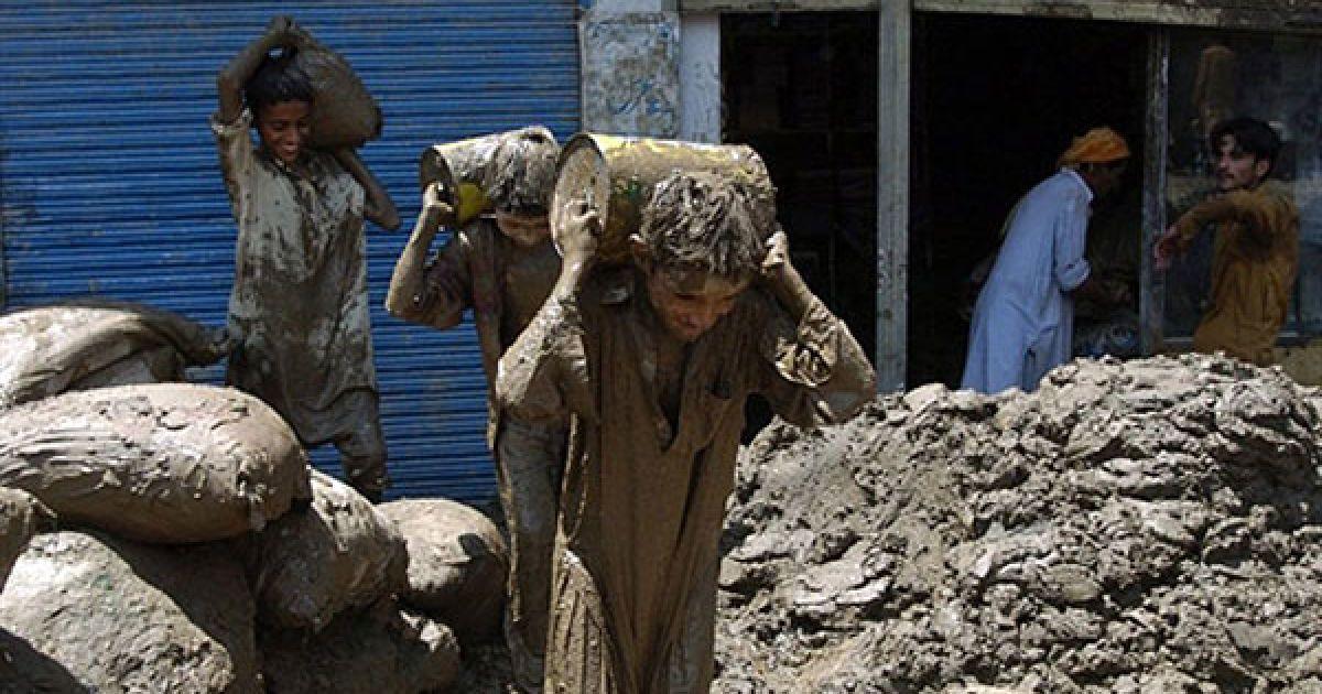 Пакистан, Музаффарабада. Пакистанські хлопчики виносять продовольчі товари з магазину, затопленого під час повені, викликаної сильними дощами, у місті Музаффарабада. Через стихійне лихо у Пакистані вже зафіксовано кілька спалахів холери. Від повені, яка стала найбільшою для країни з 1929 року,  постраждали 1,5 млн. людей, більше 1200 людей загинуло. @ AFP