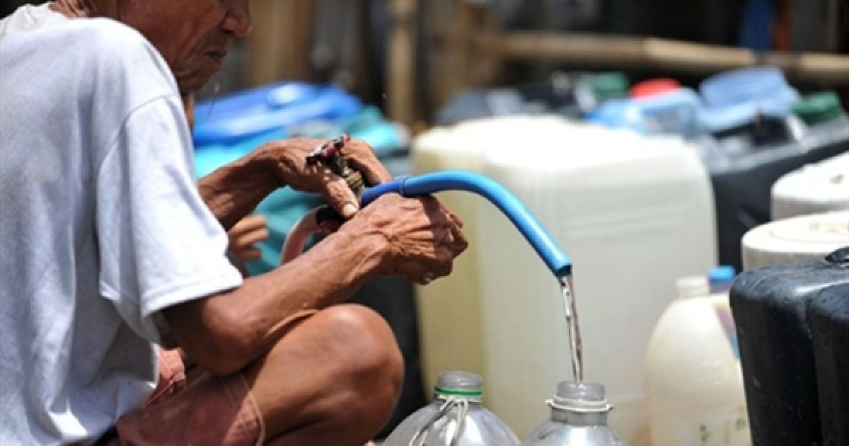Чоловік набирає воду з джерела у нетрях Маніли. Більшість районів Маніли страждають від нестачі питної води, яка викликана посушливим літом. @ AFP
