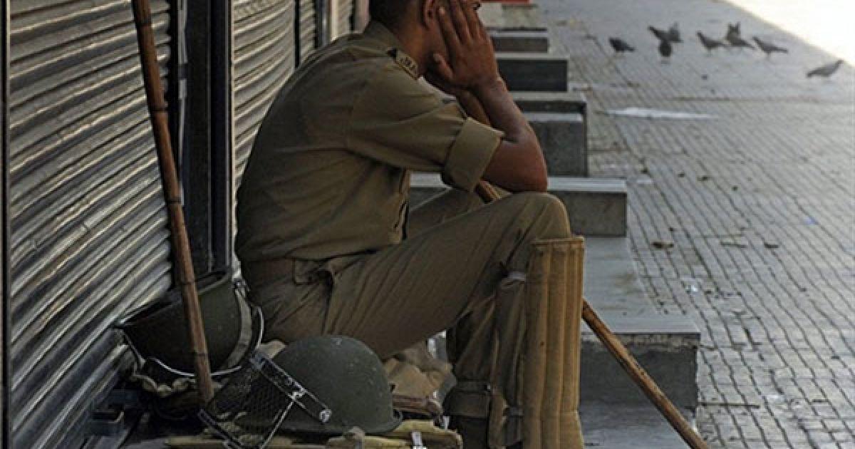 Індія, Срінагар. Втомлений поліцейський сидить на пустій вулиці міста Срінагар. Головний міністр індійського штату Кашмір взяв участь у кризових переговорах у Нью-Делі щодо спалаху насильства між антиіндійськими протестувальниками і поліцейськими. В результаті зіткнень загинуло більше 30 людей. Індійським штатом Кашмір прокотилася хвиля заворушень, які стали найжорстокішими за останні два роки у цьому регіоні з переважно мусульманським населенням. @ AFP