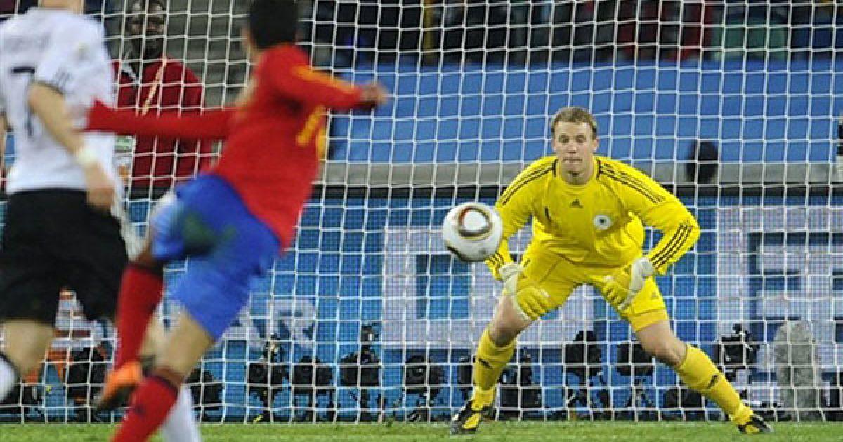 Педро робить удар по воротах Нойєра. @ AFP