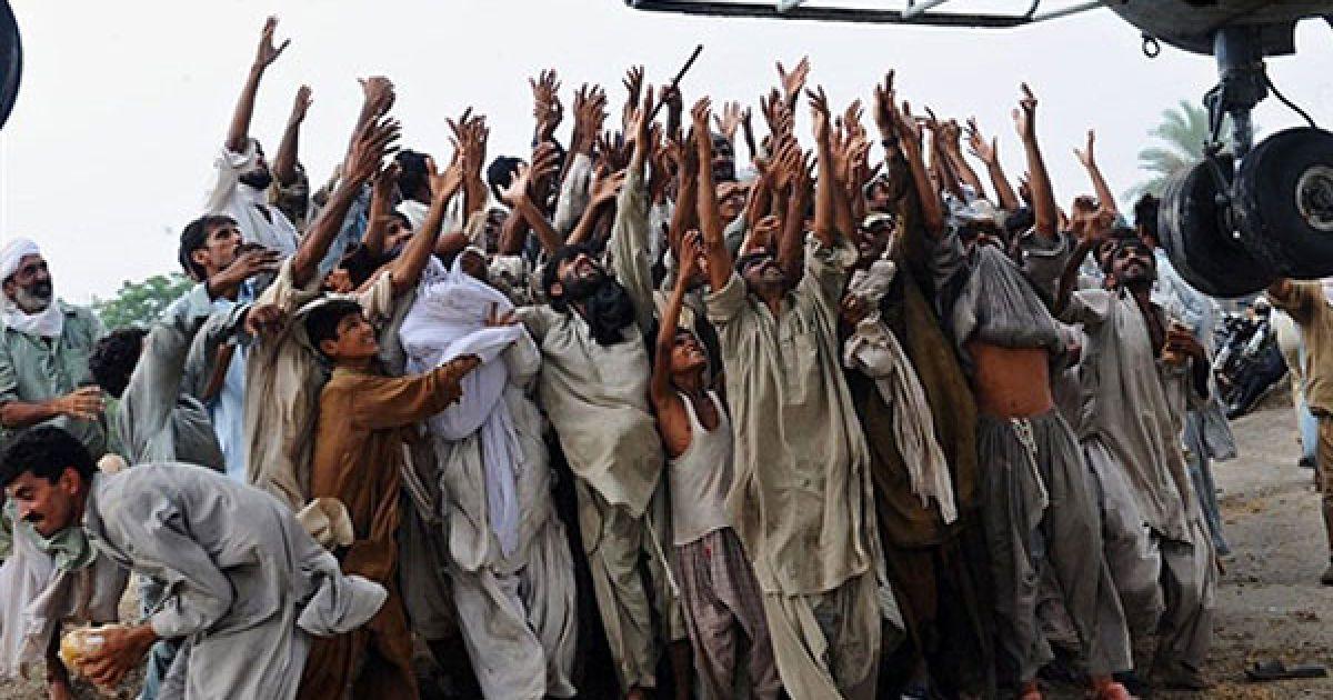 Пакистан. Пакистанці, які постраждали від руйнівної повені, намагаються зловити мішки з їжею з армійського гелікоптера, який доставив продукти до одного із затоплених селищ. Деякі мешканці затоплених селищ намагаються вибратися з району стихійного лиха і чіпляються за гелікоптер, який доставив їм продукти. Пакистан почав евакуювати населення через загрозу нових повеней, оскільки зливи не вщухають у країні протягом двох тижнів. В результаті повеней у Пакистані вже постраждали до 15 мільйонів людей. @ AFP