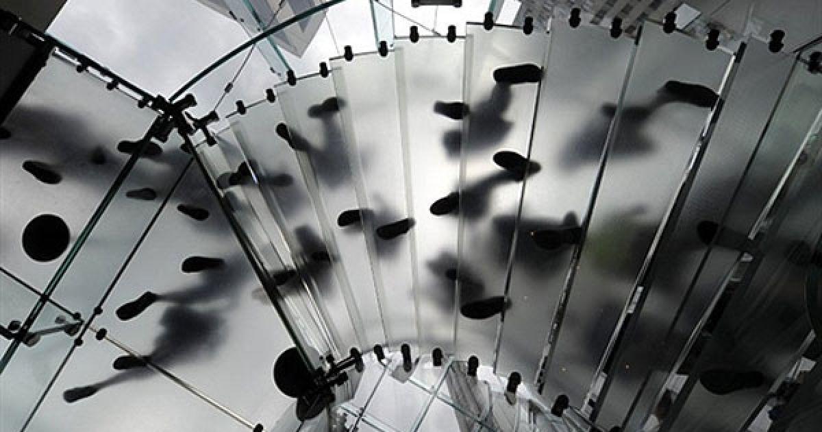 США, Нью-Йорк. Покупці спускаються гвинтовими сходами у офіційному магазині Apple Store на П'ятій авеню у Нью-Йорку. @ AFP