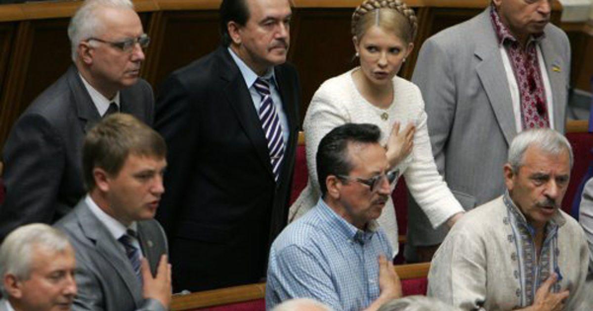 Юлия Тимошенко слушает государственный гимн Украины. @ УНІАН