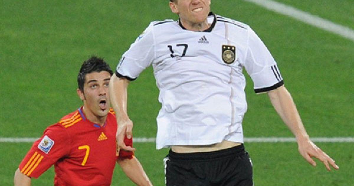 Мертезакер виграє м'яч у Давіда Вільї @ AFP