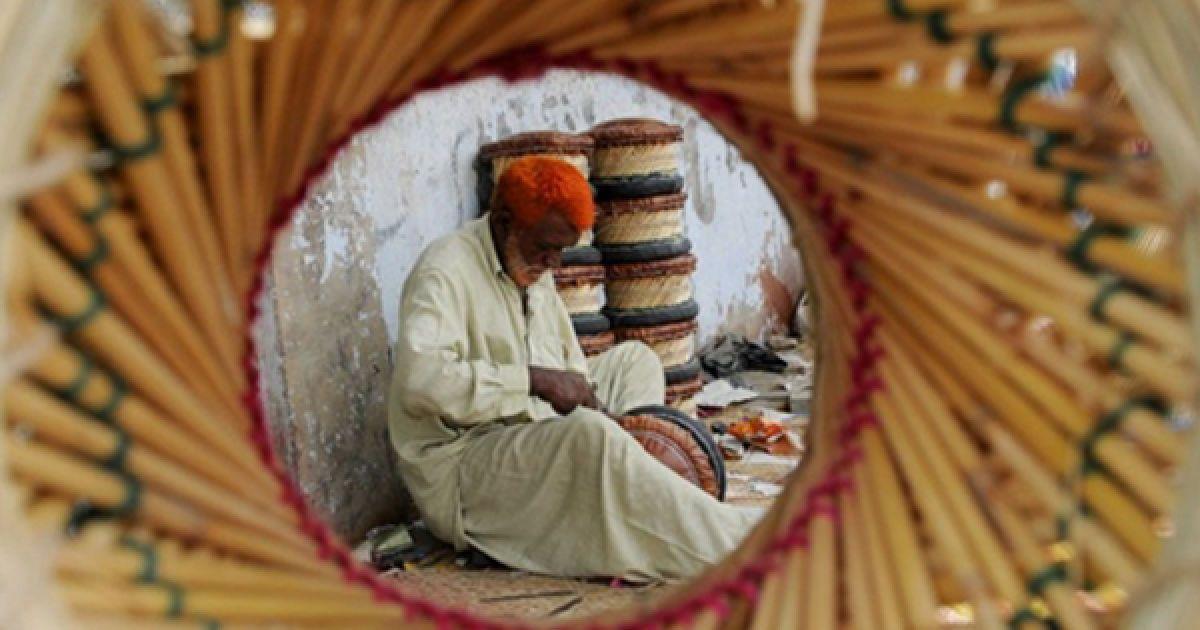 Ремісник займається виготовленням табуретів з соломи у Карачі. Пакистан попросив світову спільноту допомогти відбудувати економіку країни, яка була зруйнована війною. @ AFP