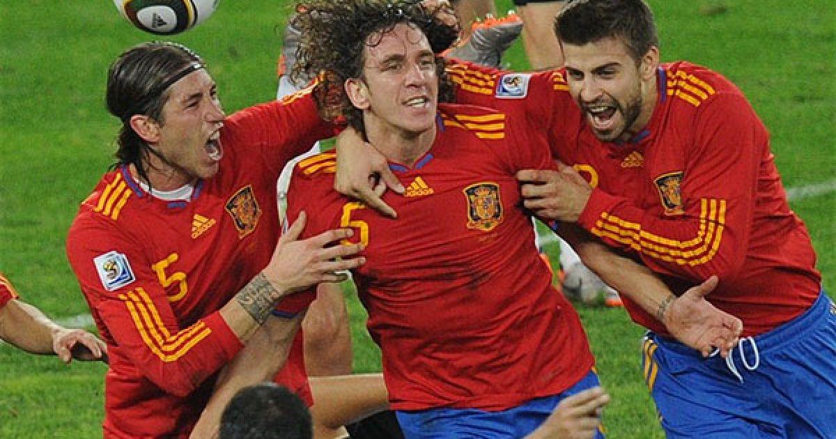 Гол Карлоса Пуйоля виві Іспанію у фінал Чемпіонату світу. Рамос і Піке вітають Пуйоля @ AFP