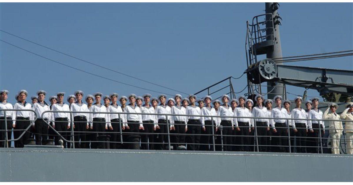 Команда одного з кораблів вишикувалася на палубі для привітання головнокомандуючого. @ PHL.com.ua