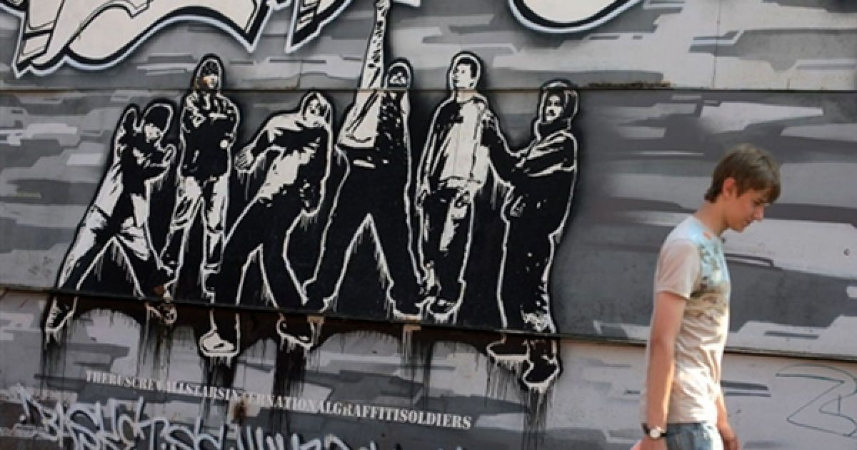 Чоловік проходить повз стіну, яку московська влада дозволила розмалювати вуличним художникам. @ AFP