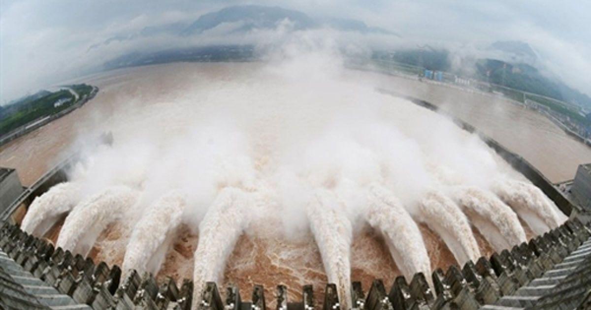 """На найбільшій в світі ГЕС """"Три ущелини"""", Китай, вперше після повені в долині ріки Янцзи, відкрили шлюзи. Для греблі, збудованої у 2006 році, ГЕС цьогорічна повінь стала серйозним випробуванням, оскільки цьогорічний рівень води у річках Китаю став рекордним. @ AFP"""